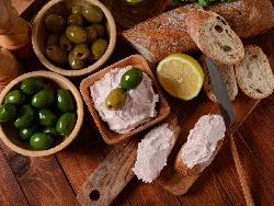 Тарама хайвер разядка / предястие с хайвер, сух стар хляб, лук и маслини - снимка на рецептата